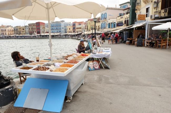 Venezianischer Hafen von Chania. Links: Touristennepp, rechts: Tavernen, in die man förmlich reingezerrt wird. Aber sehr schön anzusehen.