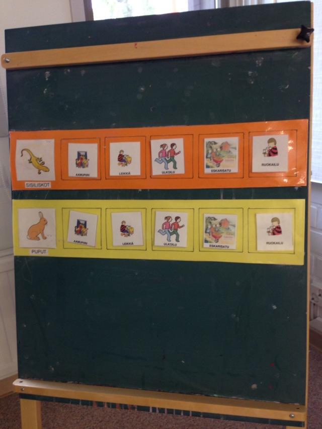 Schnupperstunde in der Vorschule. Vierzehn Knirpse (zehn davon Jungs) sind sehr aufgeregt und und erledigen vorfreudig ihre ersten Schulaufgaben.